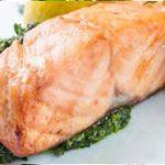 Стейк из лосося со шпинатом