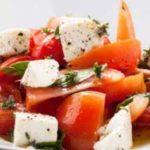 Салат из розовых помидоров и Адыгейского сыра