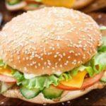 Куриный чизбургер с сырным соусом